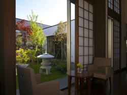 中庭は柏崎の地形をモチーフにした日本庭園